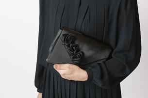 フォーマルバッグを持つ喪服姿の女性の写真素材 [FYI04603518]