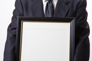 遺影を持つ喪主の男性の写真素材 [FYI04603551]