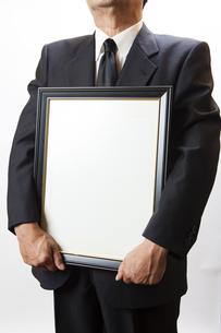 遺影を持つ喪主の男性の写真素材 [FYI04603554]
