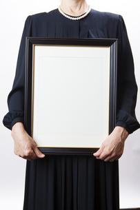 遺影を持つ喪主の女性の写真素材 [FYI04603555]