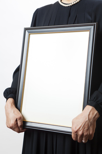 遺影を持つ喪主の女性の写真素材 [FYI04603556]
