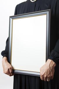 遺影を持つ喪主の女性の写真素材 [FYI04603557]