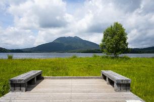 尾瀬沼とベンチの写真素材 [FYI04603583]