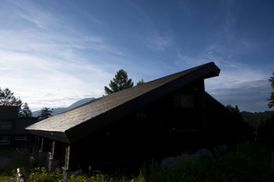 尾瀬沼ビジターセンター夕暮れの屋根の写真素材 [FYI04603596]