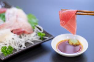 刺身を食べるの写真素材 [FYI04603733]