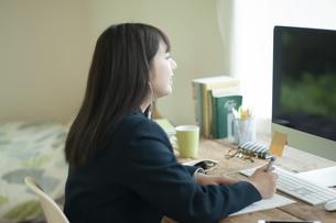 オンライン学習を受ける女子学生の写真素材 [FYI04603747]