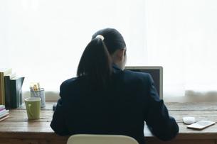 オンライン学習を受ける女子学生の写真素材 [FYI04603752]