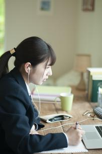 オンライン学習を受ける女子学生の写真素材 [FYI04603754]