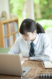 オンライン学習を受ける女子学生の写真素材 [FYI04603759]