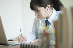 オンライン学習を受ける女子学生の写真素材 [FYI04603761]