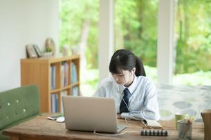 オンライン学習を受ける女子学生の写真素材 [FYI04603763]
