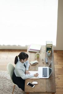 オンライン学習を受ける女子学生の写真素材 [FYI04603765]