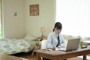 オンライン学習を受ける女子学生の写真素材 [FYI04603766]