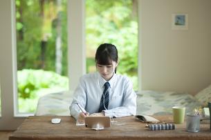 オンライン学習を受ける女子学生の写真素材 [FYI04603768]