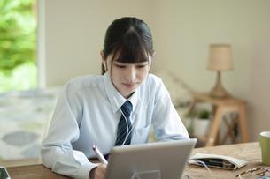 オンライン学習を受ける女子学生の写真素材 [FYI04603775]