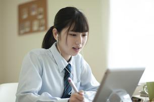 オンライン学習を受ける女子学生の写真素材 [FYI04603776]
