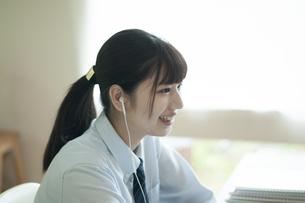 オンライン学習を受ける女子学生の写真素材 [FYI04603789]