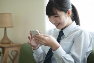 スマホを見る女子学生の写真素材 [FYI04603807]