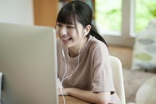 オンライン学習をする女子の写真素材 [FYI04603828]