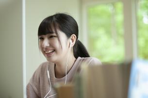 オンライン学習をする女子の写真素材 [FYI04603829]