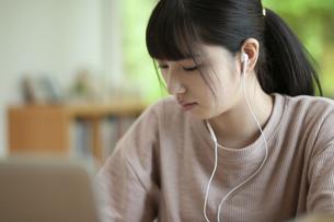 オンライン学習をする女子の写真素材 [FYI04603834]