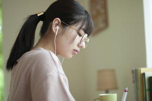 オンライン学習をする女子の写真素材 [FYI04603842]