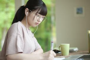 オンライン学習をする女子の写真素材 [FYI04603843]