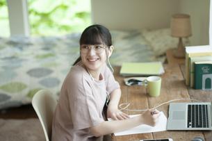 オンライン学習をする女子の写真素材 [FYI04603844]