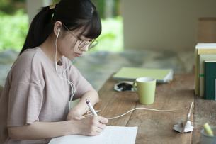 オンライン学習をする女子の写真素材 [FYI04603848]
