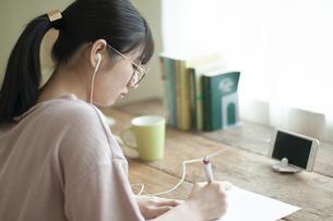 オンライン学習をする女子の写真素材 [FYI04603849]
