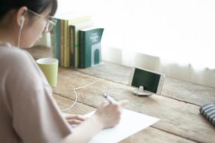 オンライン学習をする女子の写真素材 [FYI04603850]