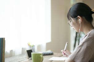 オンライン学習をする女子の写真素材 [FYI04603851]