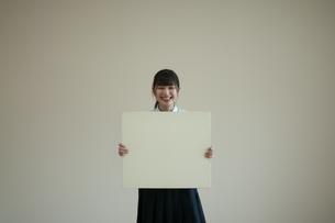 ホワイトボードを持つ女子学生の写真素材 [FYI04603878]