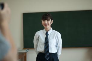 写真を撮られる女子学生の写真素材 [FYI04603879]