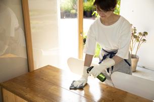 テーブルを除菌するカフェ店員の写真素材 [FYI04603941]