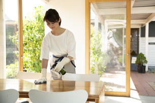 テーブルを除菌するカフェ店員の写真素材 [FYI04603942]