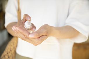 アルコール消毒をするミドルの女性の手元の写真素材 [FYI04603948]