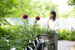 ガーデンショップで買い物をするミドルの女性の写真素材 [FYI04603958]