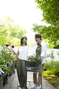 ガーデンショップで買い物をするミドルのカップルの写真素材 [FYI04603969]