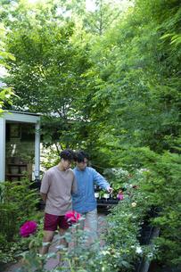 ガーデンショップで買い物をする若い男性の写真素材 [FYI04603977]