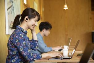 シェアオフィスで仕事する男女の写真素材 [FYI04603986]