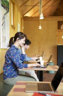 シェアオフィスで仕事する男女の写真素材 [FYI04604041]