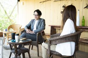ユニークべニューでミーティングをする男女の写真素材 [FYI04604050]