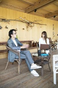 ユニークべニューでミーティングをする男女の写真素材 [FYI04604051]