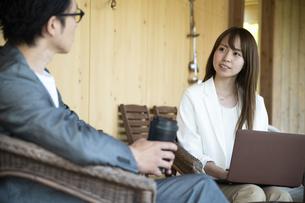 ユニークべニューでミーティングをする男女の写真素材 [FYI04604052]
