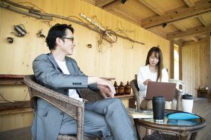 ユニークべニューでミーティングをする男女の写真素材 [FYI04604055]