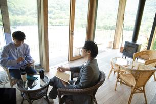 ユニークべニューでミーティングをする男性の写真素材 [FYI04604056]