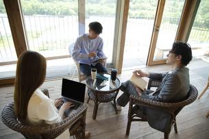ユニークべニューでミーティングをする男女の写真素材 [FYI04604057]