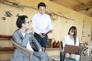 ユニークべニューでミーティングをする男女の写真素材 [FYI04604060]