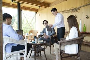 ユニークべニューでミーティングをする男女の写真素材 [FYI04604063]